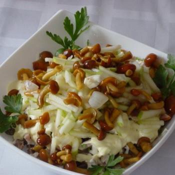Вкусный салат из консервированных шампиньонов