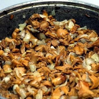Как жарить маслята на сковороде с картошкой и луком
