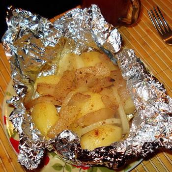 Картофель в фольге, запеченный в духовке с грибами