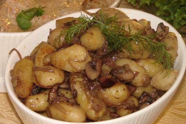 Мясо с грибами, запеченное в духовке или мультиварке