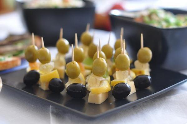Закуски из шампиньонов на шпажках: шашлычки и канапе