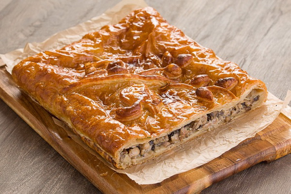 Слоёный пирог из готового теста с лесными грибами