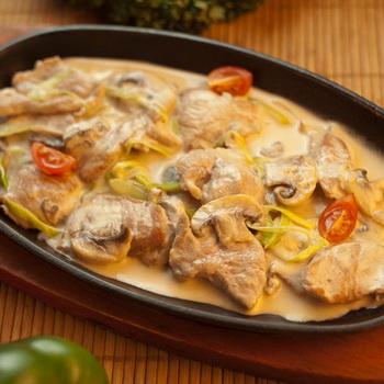 говядина на сковороде в сметанном соусе