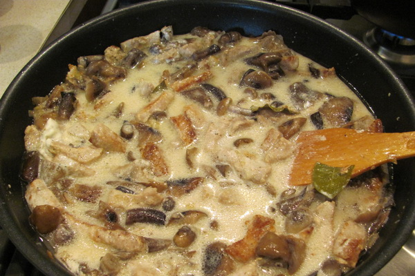 картошка с грибами жареная на сковороде в сметане