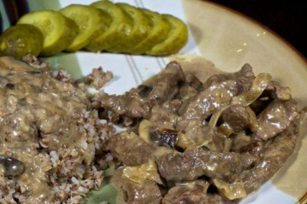 Тушеное и жареное мясо с грибами в сметане
