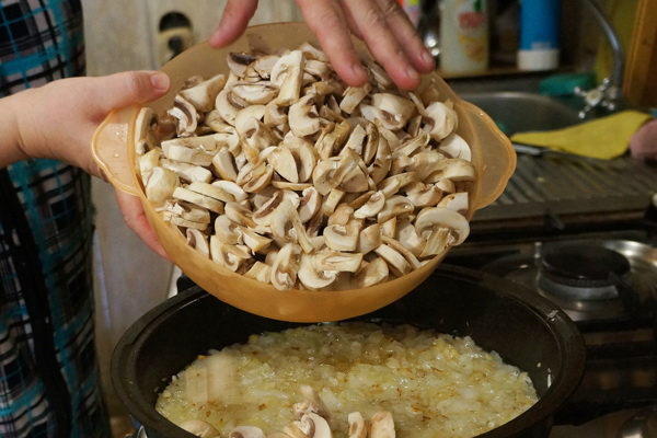 Открытые пироги с грибами из дрожжевого и слоеного теста