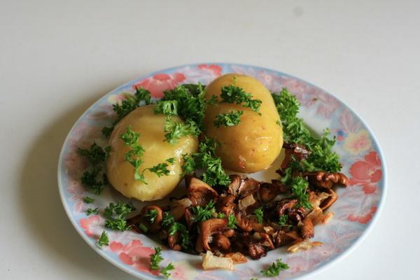Жареный и отварной картофель с солеными грибами