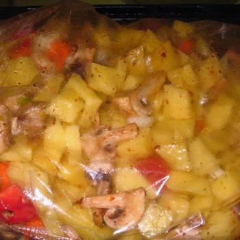Картофель с грибами, приготовленный в рукаве для запекания