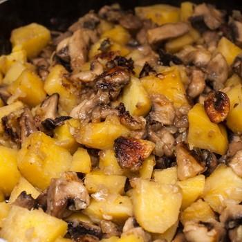Как готовить картошку с грибами на сковороде, в мультиварке и духовке