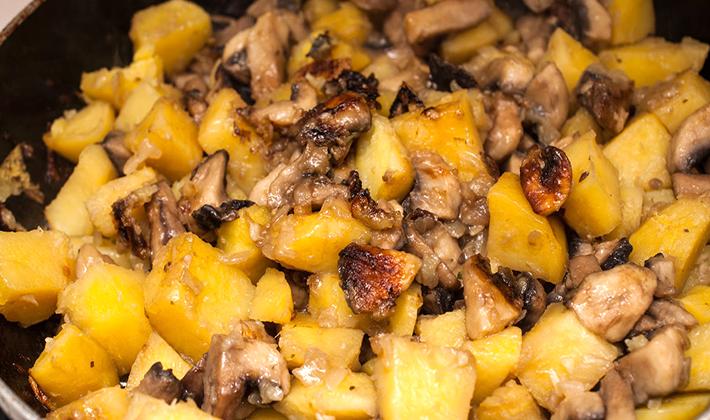 как пожарить картошку с грибами замороженными