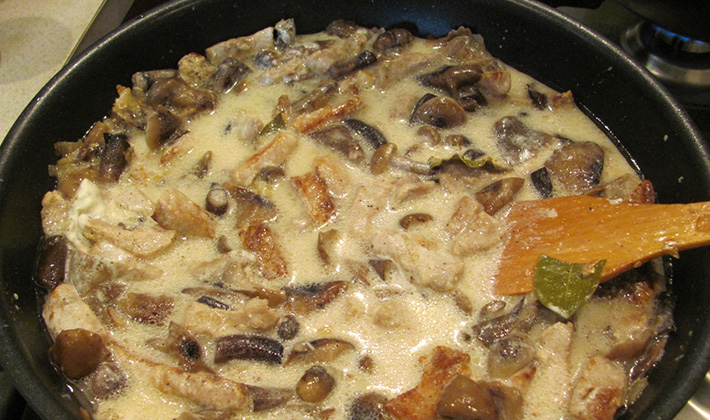 Мясо с грибами на сковороде со сметаной