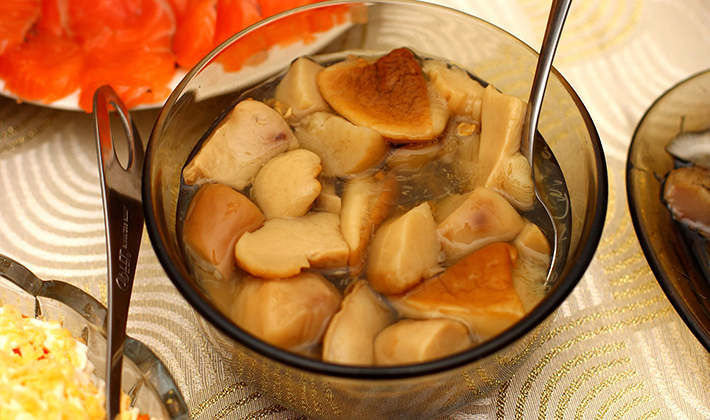 Способы засолки белых грибов на зиму в банках в домашних условиях
