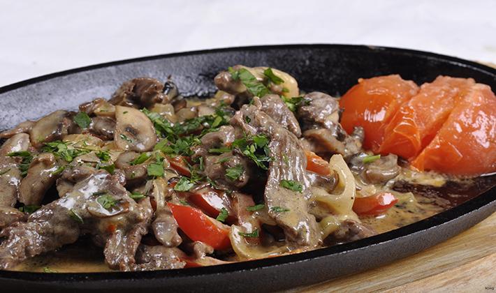 говядина с шампиньонами в сливочном соусе на сковороде