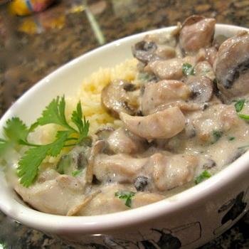 грудка с шампиньонами в сливочном соусе на сковороде