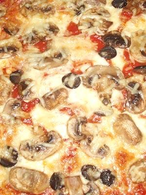Пицца с ветчиной и грибами и сыром и помидорами в духовке рецепт