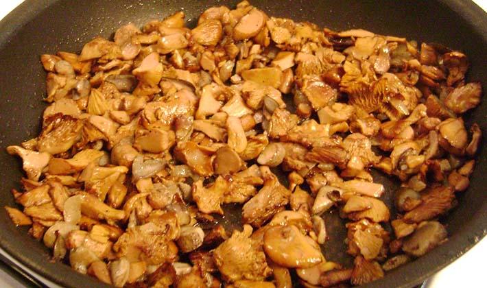 Лисички с твердым и плавленым сыром