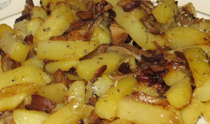 Жареная картошка с консервированными грибами