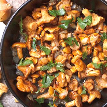 сколько жарить лисички на сковороде по времени с картошкой