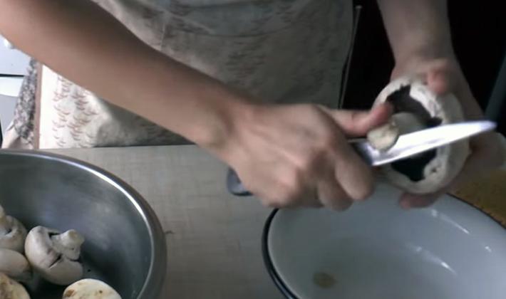 Как почистить шампиньоны перед приготовлением блюд