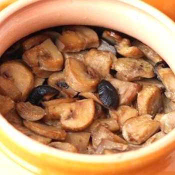 Как можно приготовить шампиньоны в горшочках