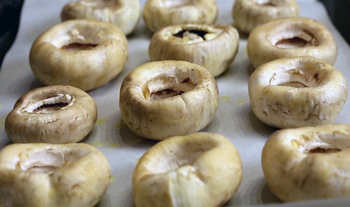 Фаршированные шампиньоны, запечённые в духовке: популярные рецепты