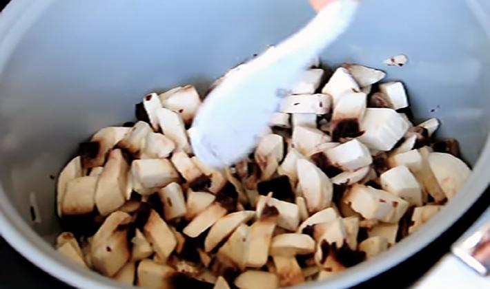 Картошка с шампиньонами, приготовленная в мультиварке