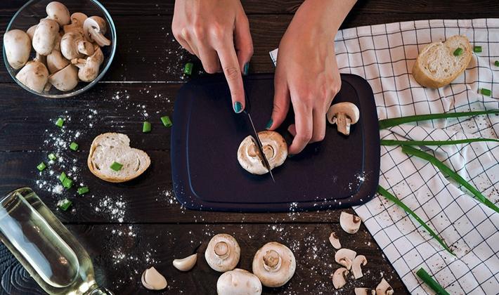 Как приготовить салаты с сухариками и шампиньонами