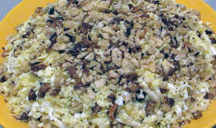 Сытные салаты с шампиньонами и орехами