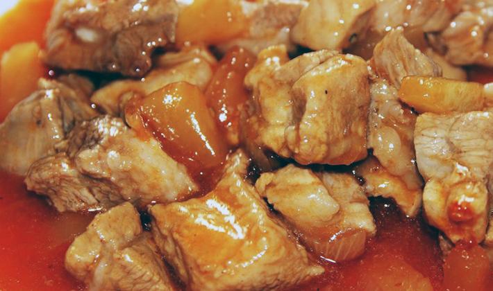Свинина с грибами, приготовленная в соусе