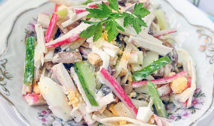 Такое вкусное лакомство готовят не только с этими двумя ингредиентами, в разных вариациях присутствует сыр, консервированная кукуруза, овощи, майонез, сметана, яйца, курица, рис.